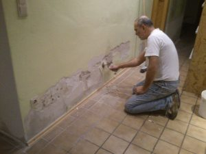 Jusef bessert die Wand im Gang aus