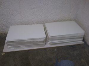 Stapel mit den Tafeln für die Ausstellungsstücke