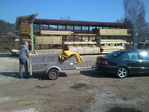 Josef beim Aufladen der neuen Latten im Sägewerk.