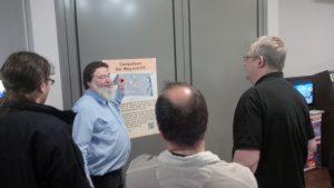Hans erklärt Besuchern des VCFe wie die Ausstellung im Computeum aufgebaut ist.