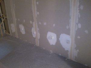 Fertig verfugte und mit Steckdosen versehene Wand.