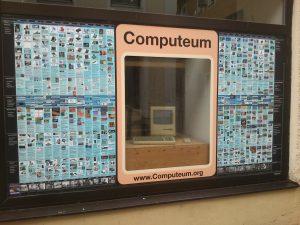 Mac Plus im Schaufenster