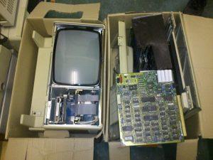 Ein in seine Einzelteile zerlegter Mac XL in zwei Umzugskisten