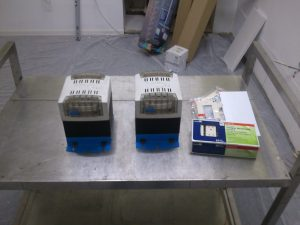 Zwei Transformatoren 230V nach 115V und amerikanische Steckdosen.