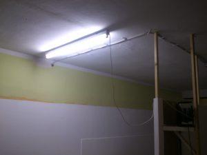 Erste neue Leuchtstoffröhre mit Tageslicht an der Decke.