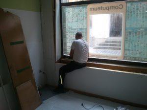 Josef beim zerlegen der Fensterbank und der Verkleidung an den Seiten.