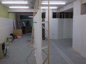 Die neuen Lampen beleuchten einen ersten Teil des Raumes.