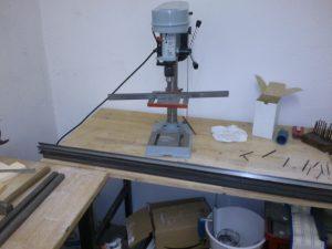 Mit der kleine Ständerbohrmaschine werden die Befestigungslöcher in die Schienen gemacht.