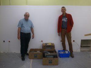 Klaus Loy und Klaus Kämpf stehen im Computeum zusammen mit den mitgebrachten Sachen