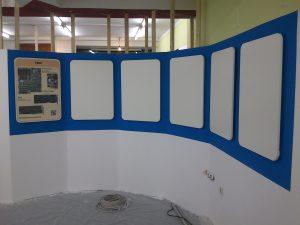 Alle Tafeln hängen im Rondell, eine davon mit Testausdruck mit den Bildern der Baugruppen