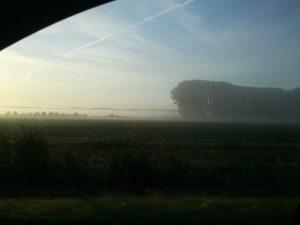 Blick aus dem Autofenster auf den Morgennebel
