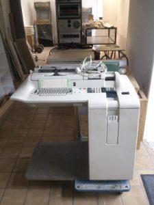 Olivetti P203 auf Transportwagen im Vorraum des Computeum
