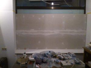 Das rechte Fenster verschlossen mit Rigips-Platten.