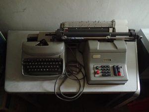 Buchungsmaschine FIXOMAT TL bestehend aus mechanischem Rechner gekoppelt mit einer Schreibmaschine
