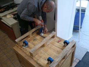 Josef montiert die Rollen an der Kiste auf der der Heathkit stehen wird.