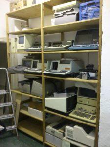 Rechner im Regal