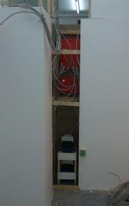Kabel auf der Innenseite, bevor sie angeschlossen werden.