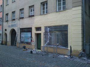 Außenansicht des Computeums mit der Fassade zur Hälfte neu gestrichen