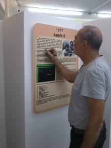 Josef zeigt und korrigiert einen Fehler auf einer der neuen Tafeln