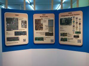 Drei Schautafeln zur PC-Entwicklung im blauen Rondell