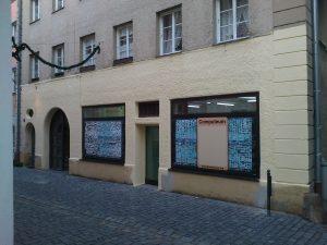 Fassade mit gelbem Anstrich
