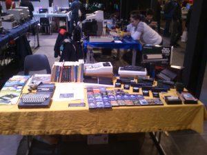 Tisch mit mehreren ZX81, verschiedenen Zusatzmodulen, Software, Büchern und Zeitschriften.