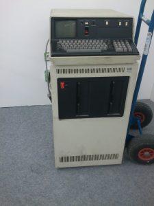 IBM 5110 Tischcomputer auf seinem schrankgroßen Floppy-Laufwerk