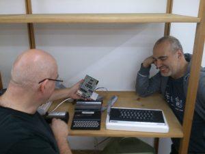 Hans H. und Josef spielen mit einem ZX81 anstelle das Regal fertig einzuräumen