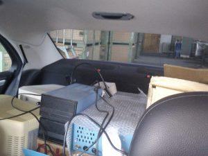 Floppy Laufwerke und Rechner auf der Rückbank des Autos
