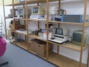 Das temporäre Regal für die Zwischenlagerung mit allen bis jetzt in die Ausstellung verbrachten Geräten.
