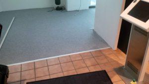 Fußbodenleisten am Übergang zwischen Vorraum und Ausstellung.
