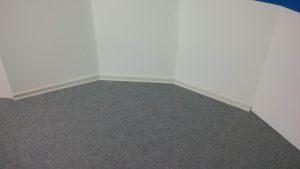 Randleisten am Übergang zwischen Teppichboden und Wand im Rondell