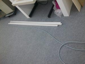 Das Kabel am Boden mit 3 neu gekauften Kabelkanälen