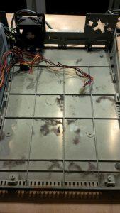 Gehäuseboden nach Entfernen der Hauptplatine - voll mit Staubmäusen