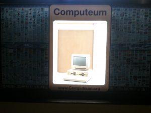 Olivetti M20 im Schaufenster mit Beleuchtung