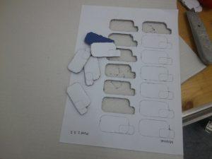 Bogen mit der Schablone für die 'Pixel' der Schrift in der Herstellung