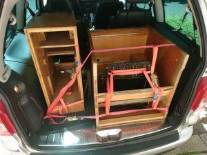 Kofferraum gefüllt mit Teilen eines Schreibtisches?