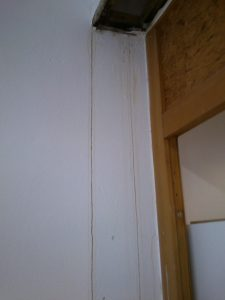 Zwei Spuren an denen der Siff die Wand runtergelaufen ist.