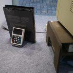 Ein Commodore Minuteman Taschenrechner als Stütze für die Software des BBC Microcomputers