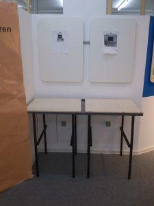 Ein Zweifach-Tisch, provisorisch aufgebaut in der Ausstellung.