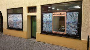 Computeum von Aussen mit Geschichtstapete und Fernschreiber im Fenster