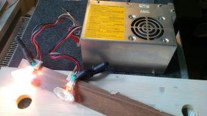 PC-Netzteil aufgebaut mit zwei Halogenlampen alsTestlast um die Funktion zu überprüfen.