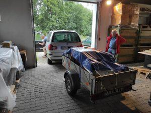 Nixdorf 8820 und TA Teile noch verpackt auf einem Einachsanhänger in der Halle