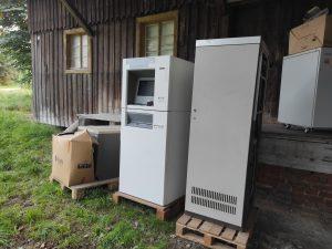 Zwei Rechner vor dem Lagerhaus in der Oberpfalz