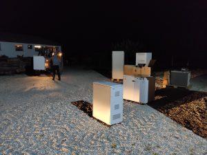 Stimmungsvolles Nachtfoto der Rechner im Hof vor dem Lager