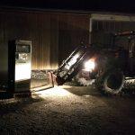 Traktor mit Frontlader und Siemens 330 auf dem Hof