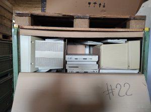 Geöffnete Euro-Gitterbox Nummer 22 mit Apple Macintosh Rechnern