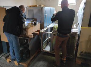 Josef und Klaus zerlegen Macintosh Rechner um an die Batterien zu kommen